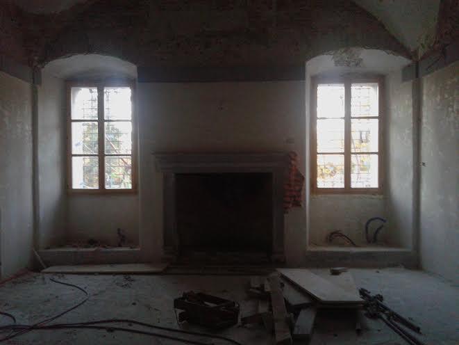 Vgrajena okna iz macesna v skladu z zahtevami ZVKD.